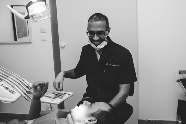 La pose des implants dentaires est-elle douloureuse ? Le Dr Yacine BENMAKHLOUF dentiste implants dentaires à Marseille vous répond.